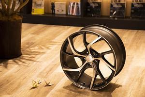 デザインと乗り心地まで考えた新しい鍛造ホイール、この美しさ「折り紙」つき「VMF C-01」【ホイールカタログ2019秋】