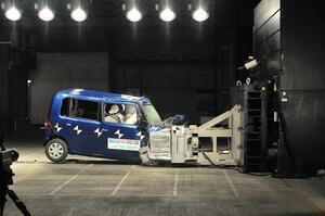 物理的には不利! 車体の小さい軽自動車の安全性は普通車に劣るのか