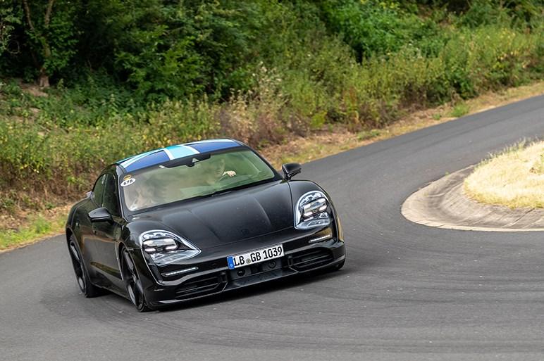 ポルシェのEV・タイカンにはカレラやターボというグレード名が存在。頂点モデルは0-100加速2.8秒