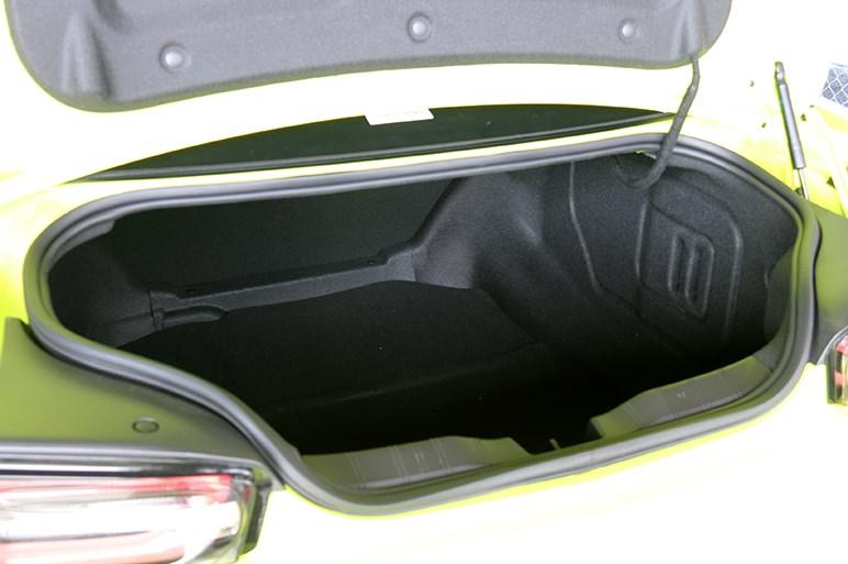 シボレー カマロはアメ車の迫力とは裏腹な、乗りやすさも備えた今風のデートカーだった!?