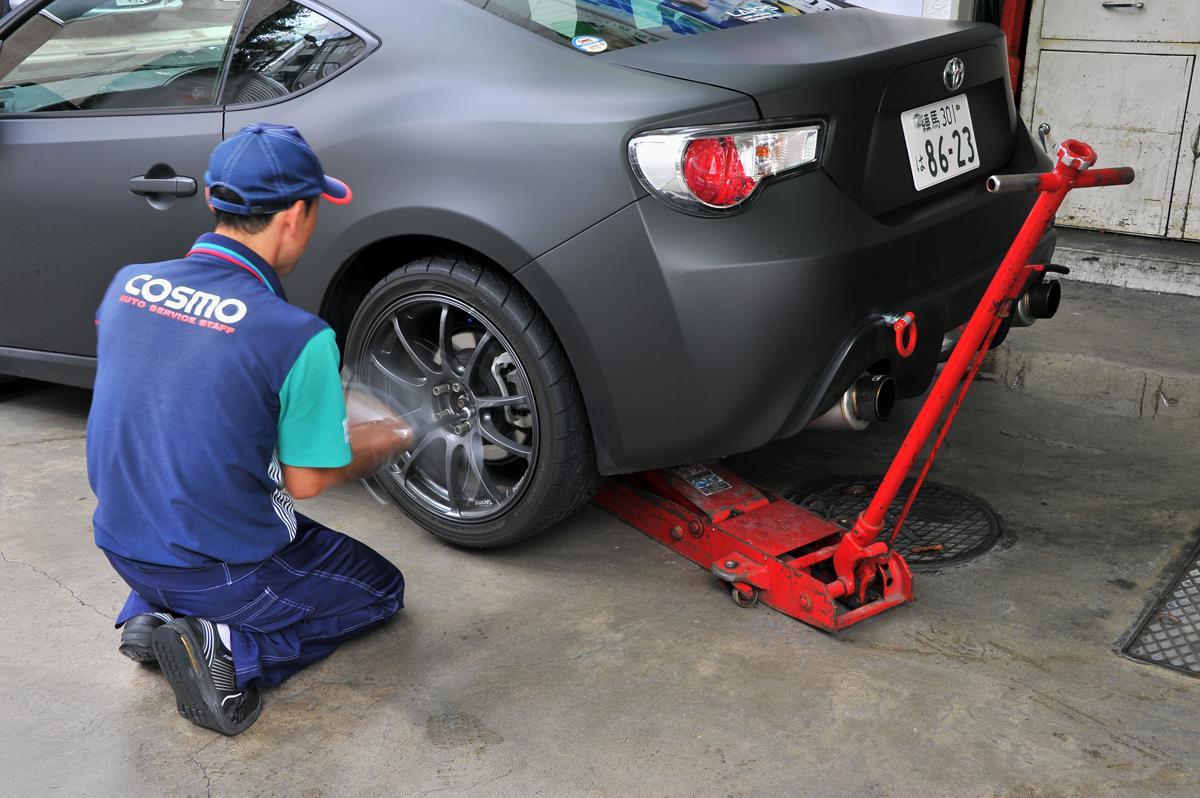 JAFの出動理由で2位になるほど多い! タイヤがパンクしたときに止めるべき場所とその後の対処法とは