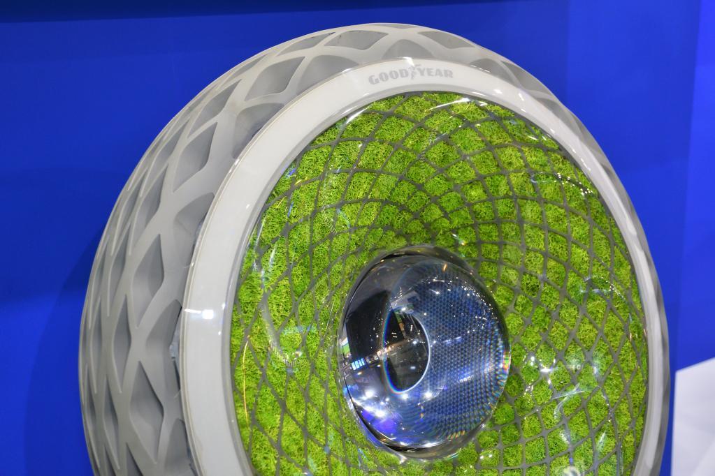 オキシジェン:タイヤに苔を生やしたら、酸素を生み出す&発電にも利用できる!  究極のエコタイヤを提案|グッドイヤー 近未来 CAR MONO図鑑(6) 【東京モーターショー2019】