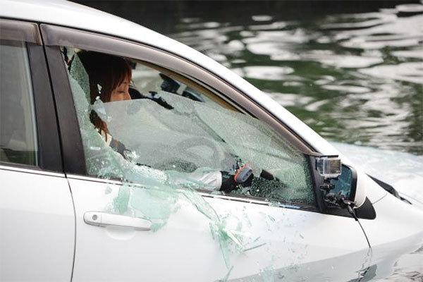 豪雨被害で相次いだ「車中死」 開かぬドア動かぬ窓 クルマ水没時の脱出どうすれば