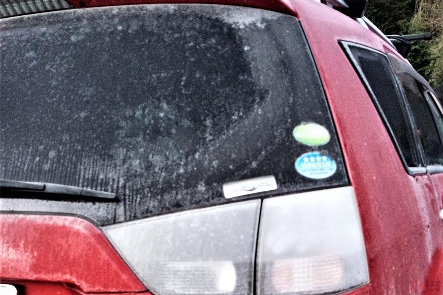 帰省や旅行先でのトラブル注意 クルマのガラスが凍った時の対処法とは