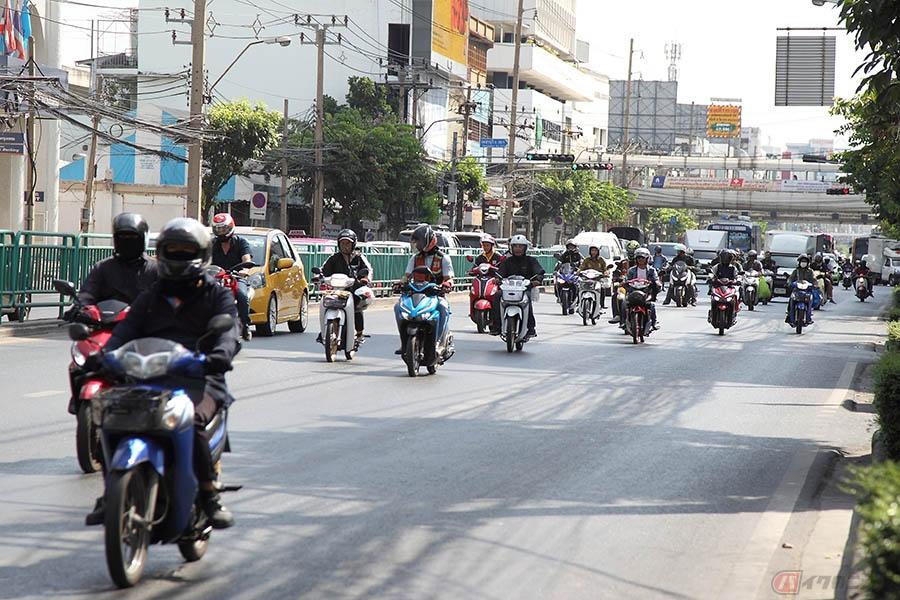 交通渋滞が日常化するタイ・バンコクで活躍する市民のアシ「バイク・タクシー」とは?