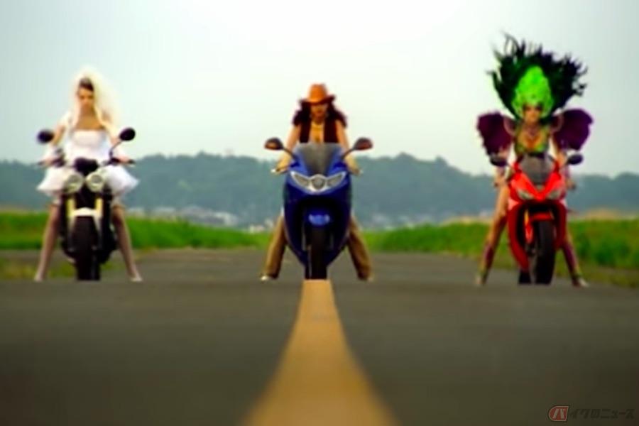 駆け抜ける3色のトライアンフ・ガールズ! バイクと人生を重ね合わせた歌詞が染み入るポルノグラフィティ「ハネウマライダー」