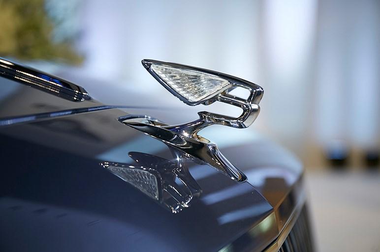 ベントレーのスポーツセダン・フライングスパーが第3世代に。格納式マスコットや4WSも装備