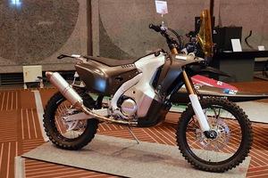 カーボン部分が丸わかり!スッピン素顔のダカールラリー用バイク「CRF450ラリー」をオートサロンで発見