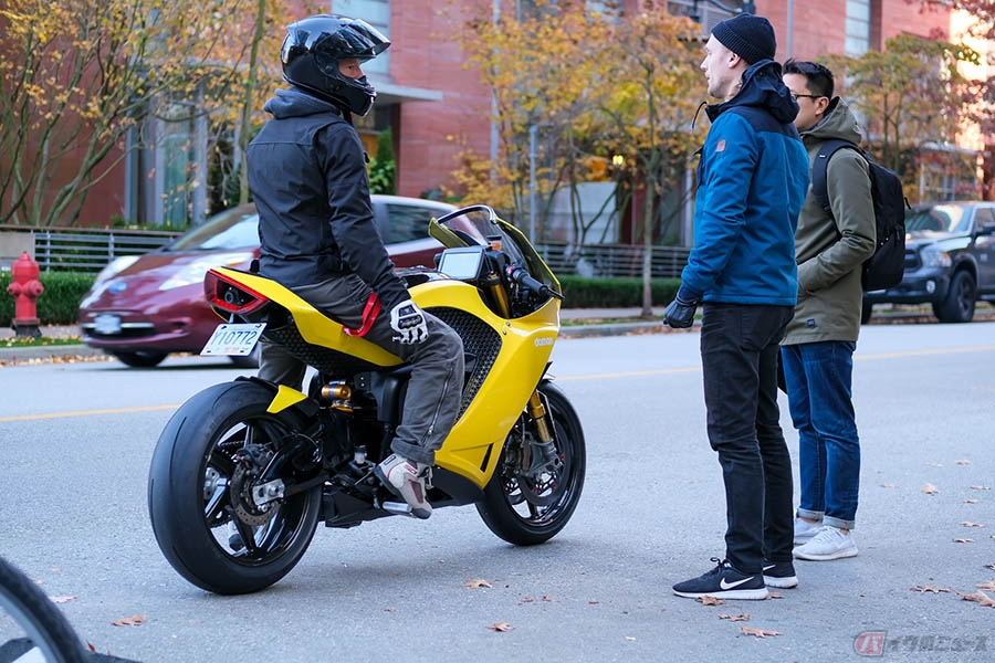 ボタンひとつで変形する電動バイク「DAMON Hypersport」 カナダ初のEVはAI搭載で安全性も最新