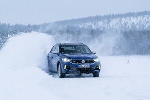 フォルクスワーゲンT-Rocの高性能版「R」が雪上でドリフト! 氷結路に見る小型SUVの実力