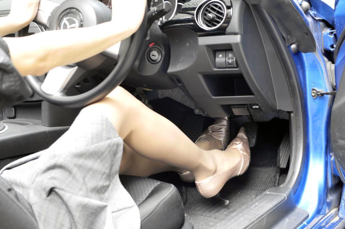 【レーシングシューズが最強ではなかった!】意外と知らないクルマの運転に適した靴の選び方