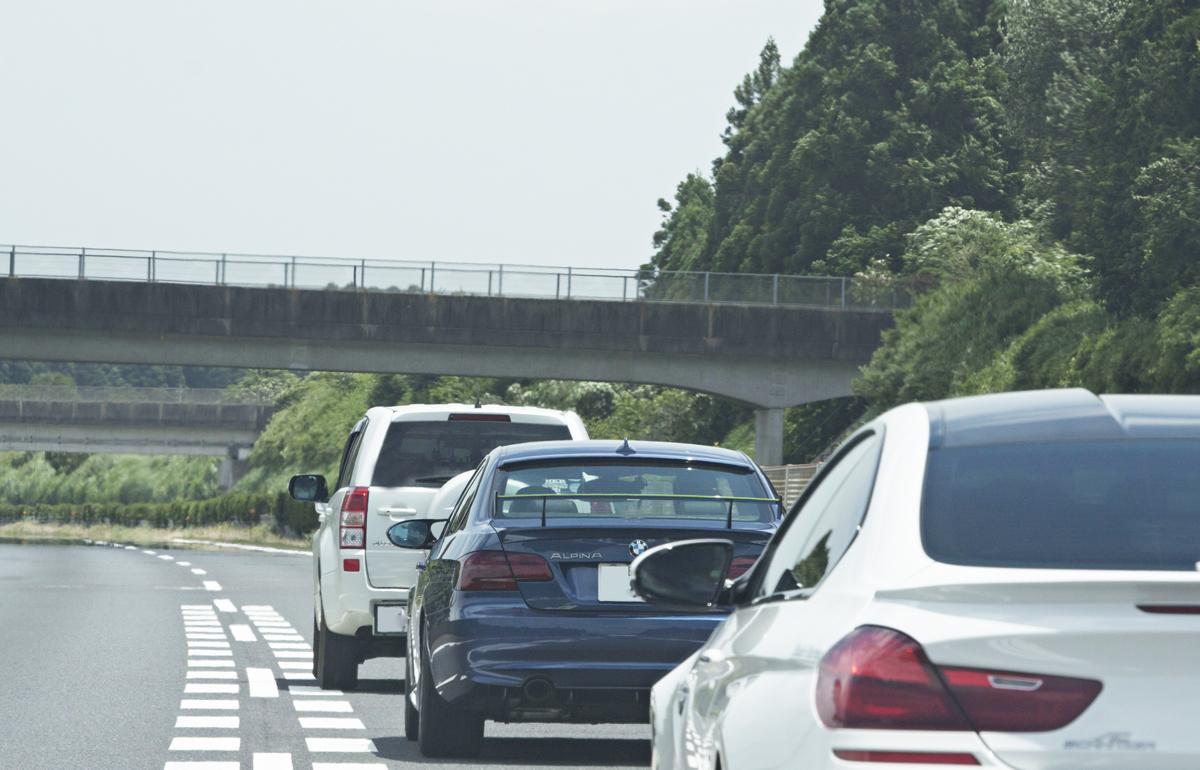 あおり運転はもちろん「あおられ運転」もまた迷惑!  左車線が空いているのに追い越し車線を走り続ける行為がなくならないワケ