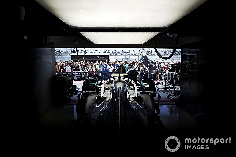 メルセデスF1、新車W11のエンジンに火。ダブルタイトル7連覇を目指す
