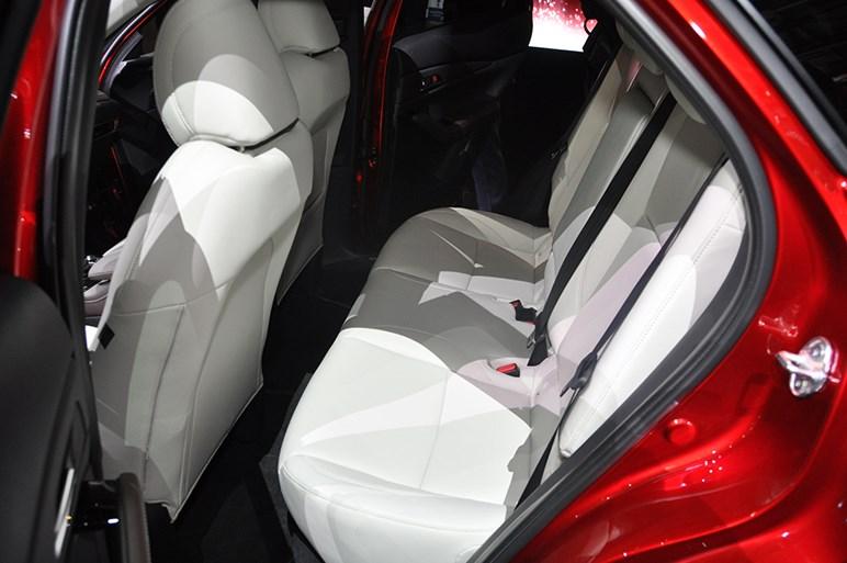 マツダの新世代モデル第2弾はCX-30。大人4人がゆったり座れるCX-3とCX-5の中間サイズ