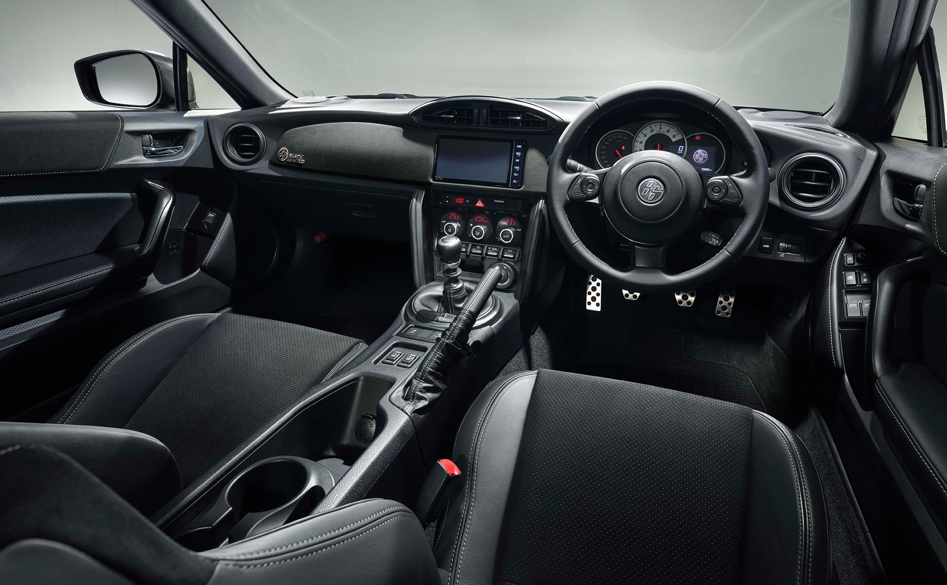 """ブラックのボディーとブロンズ塗装の17インチアルミがクールなトヨタ「86」の特別仕様車GT""""BLACK LIMITED"""""""