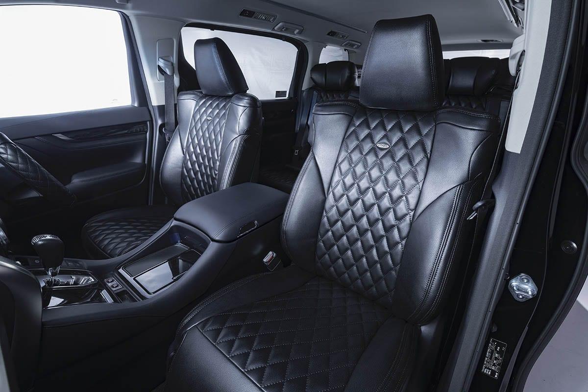 シート、芳香剤、ミラーまで、車内をシックな黒一色にまとめる! ハイグレードな空気感を作り出すモノトーンメイク