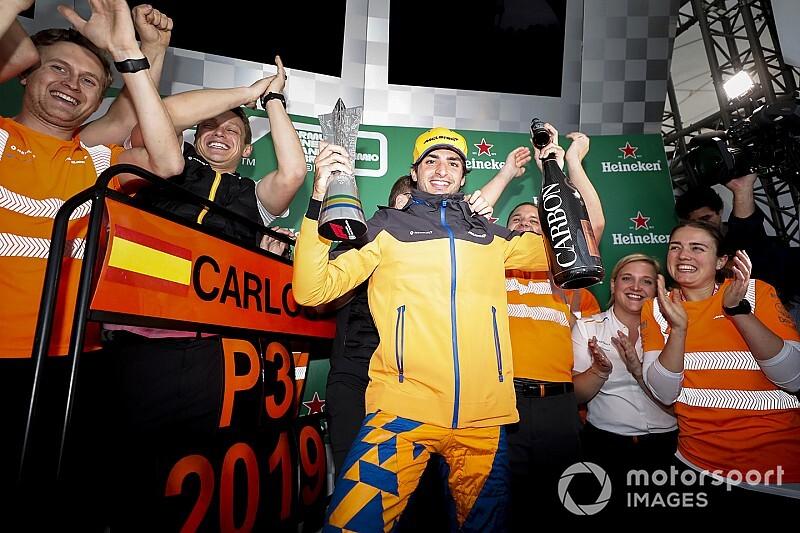 """ブラジルGPで3位表彰台のサインツJr.、勝負の鍵となったのは父親譲りの""""ラリーのスキル""""?"""