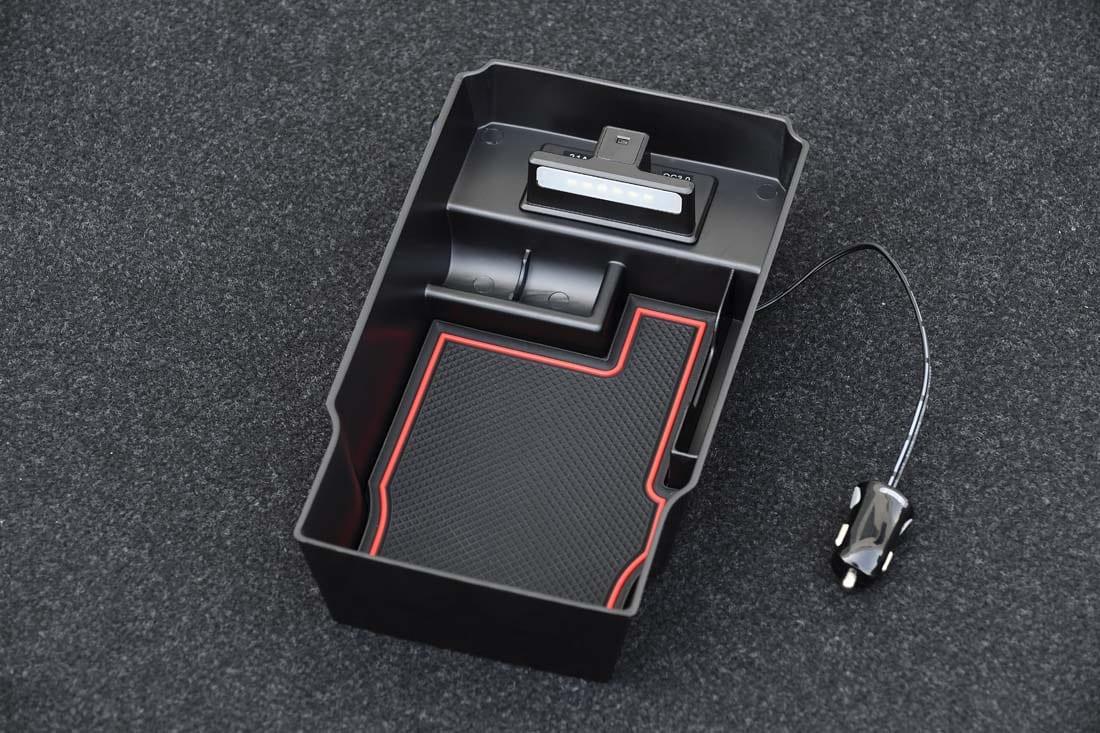 コレ便利! 照明やUSBソケットも増設〈トヨタ・ハリアー〉センターコンソールを2段活用! ムースタイルのトレー装着で収納力向上!|ケースペック|内装 カスタム