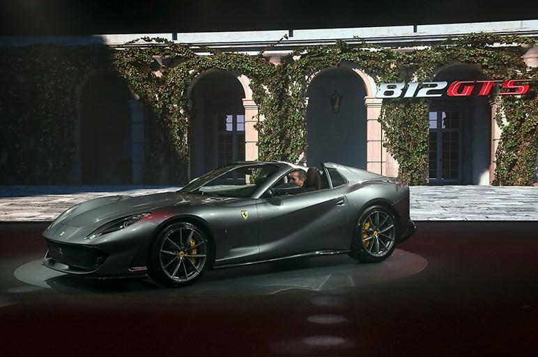 フェラーリ812 GTSを世界初披露。オープン史上最強の800psを達成