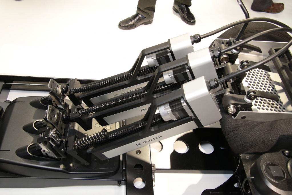 堀場製作所:テストドライバーも人手不足の時代!? に役立つ自動運転ロボット「ADS EVO」