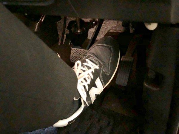 【ペダル踏み間違い事故多発!!】高齢ドライバーへの防止装置装着義務付けの積もる問題点