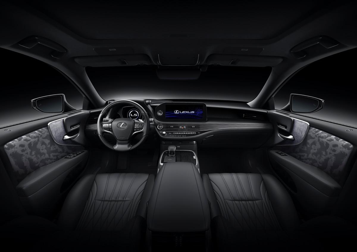レクサスLS改良モデルを世界初公開。高速道路は「Lexus Teammate」でほぼクルマまかせ。国内は初冬に発売