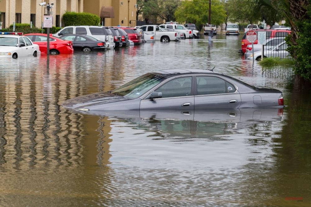 台風被害を受けやすい駐車場の共通点 すぐできる 冠水/強風からウチのクルマを守るベストな方法