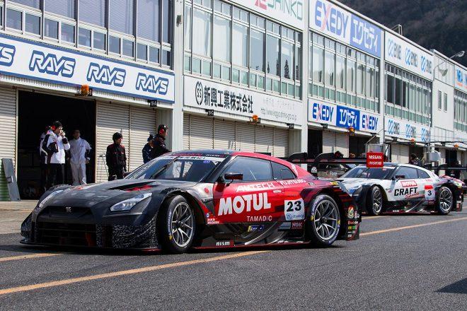 岡山国際サーキットでスーパーGTのメーカーテスト実施。8台が周回を重ねる