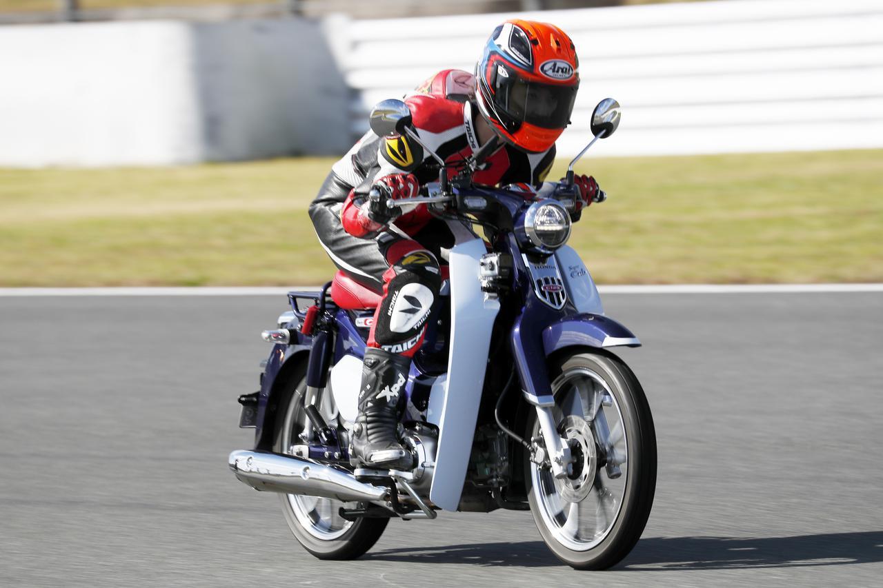 【最高速調査】ホンダ「スーパーカブC125」は時速何キロ出るのか? 大関さおりが最高速アタックに挑戦!