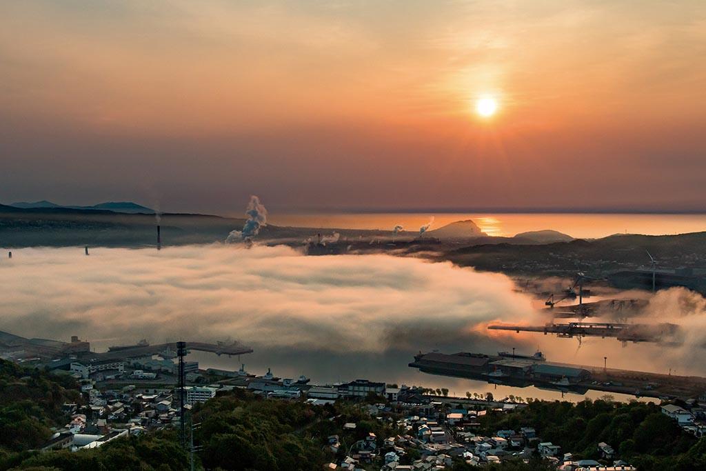 内浦湾で発生した海霧が室蘭港へと流れ込んでいく(北海道 測量山展望台)【雲海ドライブ&スポット Spot 12】
