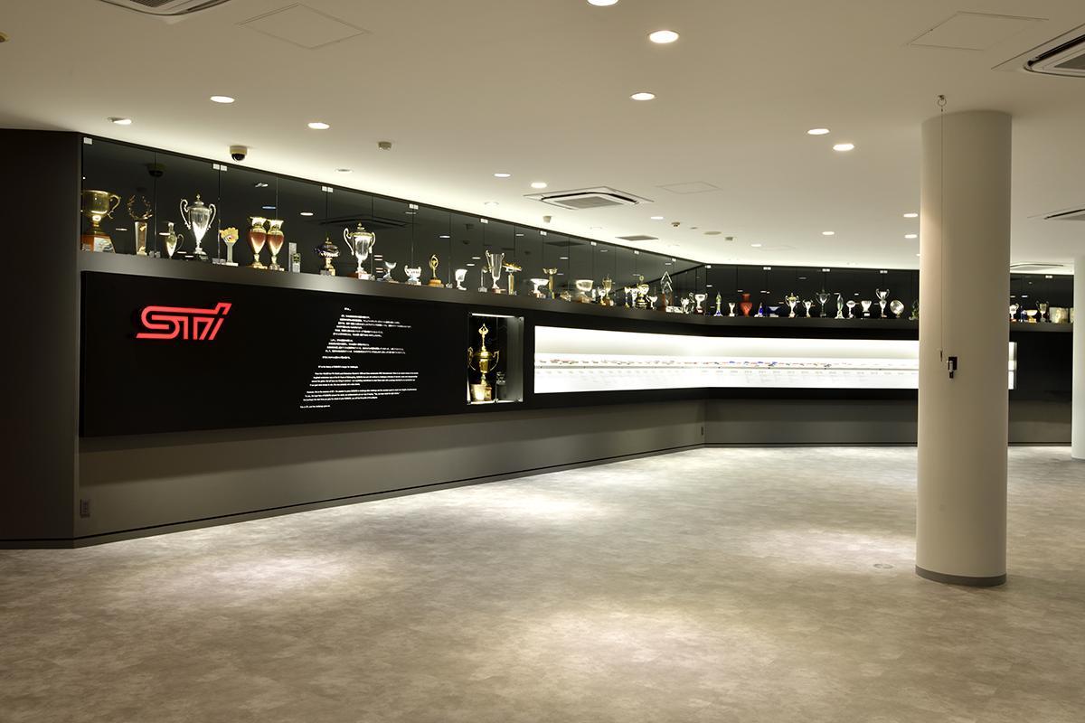 【動画あり】歴代マシンや秘蔵のトロフィをズラリ展示! スバルファンの聖地「STIギャラリー」がリニューアル