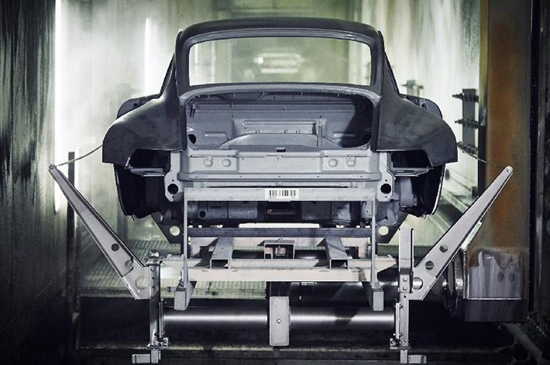ポルシェ、タイプ993の911ターボを純正パーツで復元