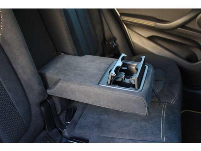 後部座席アームレストにはドリンクホルダーが装備されています。