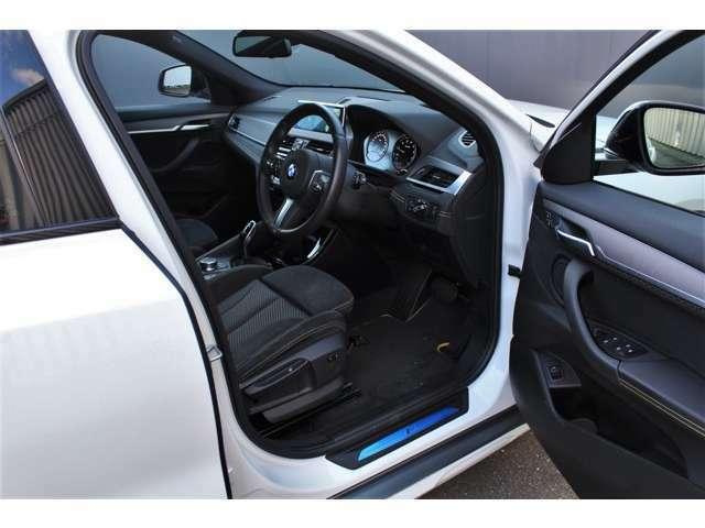 内装は、BMWならではのドライバーを中心においたコンセプトとモデルの個性を調和させ、低重心のドライバー・シート・ポジションが設定され、スポーティな印象を強調しています。