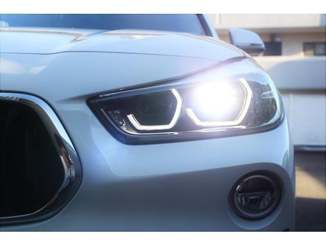 オートライト付きのLEDヘッドライトは夜間でも明るく、昼間とは違ったスポーティーなSUVの印象を与えます。