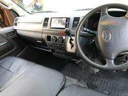 運転席は専用シートカバーを装着!トヨタ純正カーナビNSZT-W62G フルセグTV、DVD、Bluetoothオーディオ、バックカメラ、ドライブレコーダー、ETC取付などフル装備です☆もちろん走行中ぶDVD&TV視聴可能!