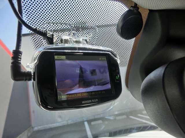 ドライブレコーダー及びETCが装着されております。ETC本体はグローブボックス上部に取り付けしております。