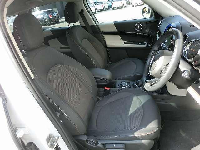 少し硬めのフラットなシートは乗り降りもしやすく、長距離ドライブでの疲労軽減のも効果があります。シートヒーター付き
