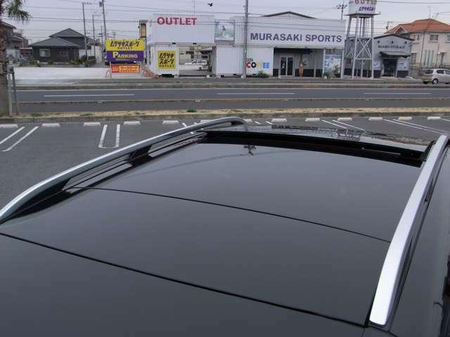 大きなボディに合わせた、シェード付き電動サンルーフでは心地の良い開放感と運転のストレスを軽減致します。