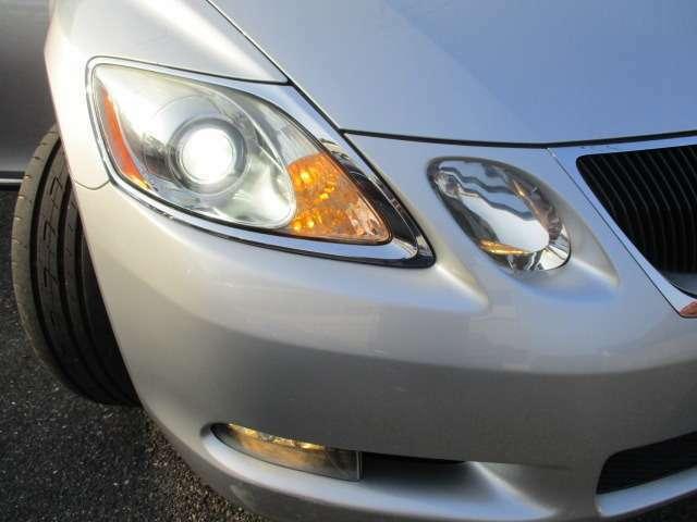 純正のHIDヘッドライト ハイビームとロービームが分割されているのでアリストの後継車輛って感じです