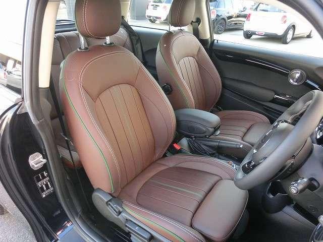 60イヤーズエディション専用レザーラウンジシート シートヒーター付き オットマン付の少し硬めのスポーツシートはコーナリングの安定感と長距離運転の疲労軽減に役立ちます。