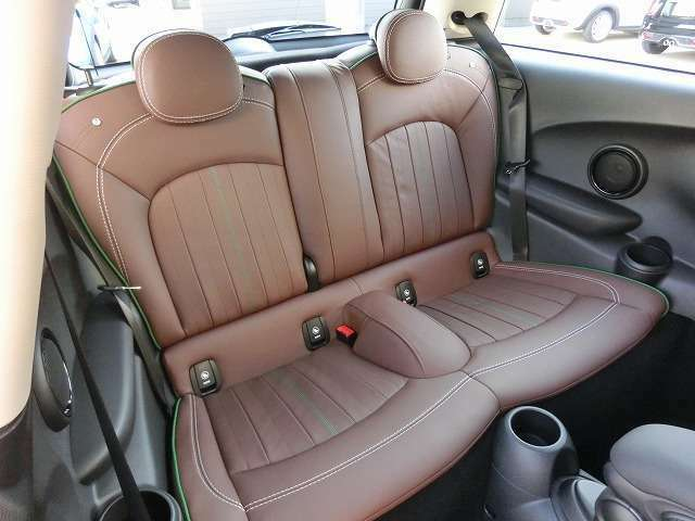 60イヤーズエディション専用レザーラウンジシート乗り込んでしまえば、意外の広いリアシート ヘッドクリアランスを確保する為に、座面に奥行きが有り下がっています。