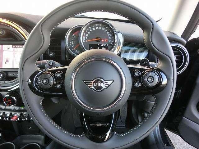 60イヤーズエディション専用マルチファンクションステアリングにはアダプティブクルーズコントロールやオーディオ操作が手元で行えます。