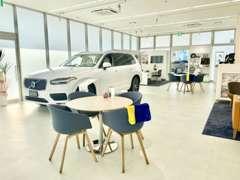 ショールームには新車、別駐車場に上質な認定中古をご用意!