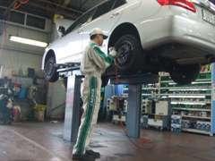 整備工場完備しています。活気のある整備士も常駐していますので、点検・車検はもちろん、不具合等でもお気軽にどうぞ!