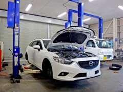 リフトは2基。点検整備から車検整備までベテラン整備士がしっかりとチェックして対応します。