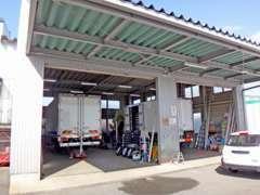 大型トラックも整備可能な整備工場を所有しています。県内有名企業の整備も承っています。