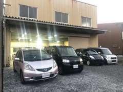 工場にて整備、洗車、コーティング等を行います。