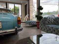 車の個性を引き出すための、シンプルな店内風景