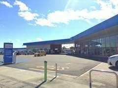 こちらが店舗入り口となります♪広い敷地に新車店舗・U-Car店舗・整備工場が併設しております★向かって左側がU-Carの店舗です☆